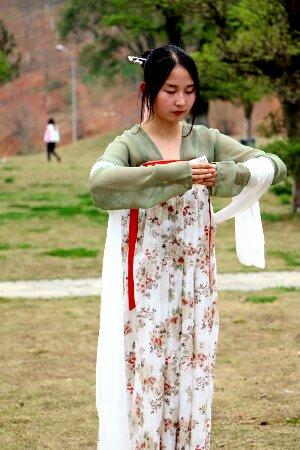 武汉一高校12位美女着汉服祭花神-图片2