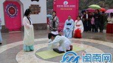 """福安桃花节女孩着汉服 感受传统""""及笄礼"""""""