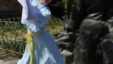 汉服美女清明现身北京植物园 插柳赏花撒福水