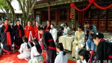 石家庄举办传统汉服成人礼 少女身着'襦裙'行笄礼
