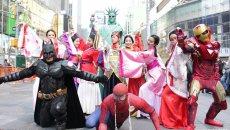华人美女纽约广场汉服快闪 推广汉服 与蜘蛛侠蝙蝠侠同框