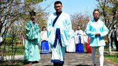 山东青岛:国学爱好者穿汉服进行沙龙交流引围观