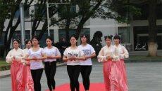 武汉女大学生着汉服演示传统及笄礼 婀娜多姿惹人怜悯