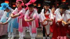 南京小学生着汉服行10岁成长礼