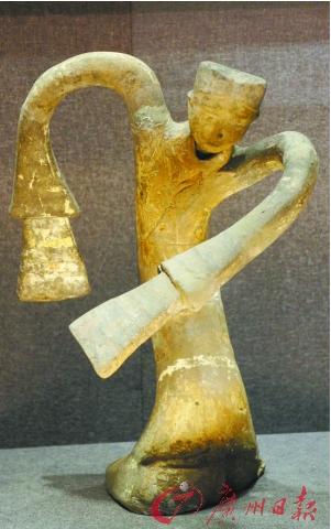 徐州出土的陶绕襟衣舞俑。