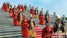 安徽金寨举办汉式集体婚礼 七旬金婚老人穿汉服为20对新人送祝福