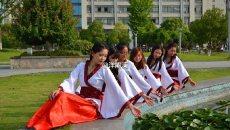 六安皖西学院毕业生拍特色毕业照 美女大学生穿汉服留影