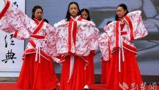 武汉小学生着汉服行汉礼演绎中华传统文化