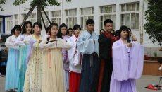 大学生这样过端午:着汉服包粽子 祭屈原做公益