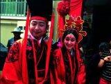 鹤壁小伙骑马迎娶洋媳妇 两人穿汉服办周制婚礼