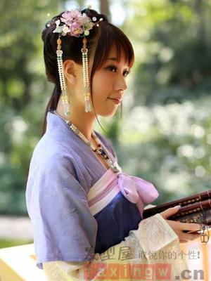 汉服发型五:很是清新甜美的一款少女系汉服造型设计,长发简单挽发,额图片