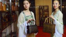 安吉丽娜竹工艺制品首次亮相江城 汉服美女为其代言