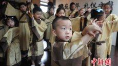 小学生身着汉服学礼仪 国学讲堂山西受热捧