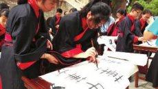 40余名华裔青少年 着汉服写汉字