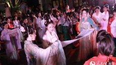 昆明:青年男女穿汉服过七夕 祭祀织女穿针斗巧回归传统