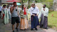 穿汉服游慈城古县衙 外国人在宁波体验中国文化