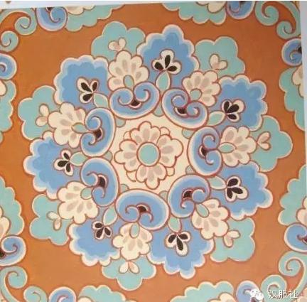 花的蓓蕾和叶子等自然素材,按放射对称的规律重新组合而成的装饰花纹.