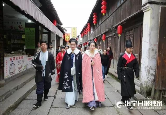 走在风情街上,传统的汉服和古朴的老街画风和谐。