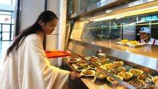 青岛高校汉服美女引围观 展示汉服并讲解汉文化