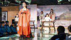 古琴文化进校园 结合汉服传礼乐