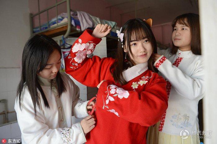 """湖北武汉,在武昌首义学院,2015级汉语言专业一个寝室的4名女生喜欢当""""古人""""。她们上课、逛街甚至旅游都喜欢穿着汉服、行古礼。""""坐时衣带萦纤草,行即裙裾扫落梅"""",对她们而言,就是日常生活的一部分。"""