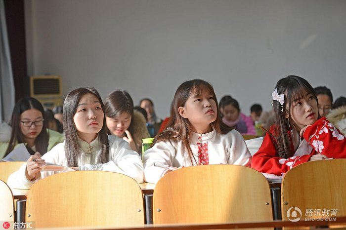 """15日一大早,该寝室的宋丝思、刘静雯、杨姗(另一名同学当日请假离校),又身着汉服上《汉语言文学课》,一路上吸睛无数。对她们来说,着汉服不是作秀,而是一种生活方式,""""我们每人平均有五六套汉服换洗,除了体育课等一些不适宜穿汉服的场合外,我们一般都会如此穿着。"""""""