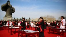 """西安汉城湖举行传统汉服""""开笔礼"""" 祈福开智迎新春"""