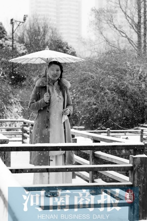 穿着汉服的美女 要听听下雪的声音-图片1