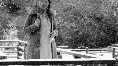 穿着汉服的美女 要听听下雪的声音