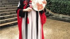 重庆高校成人礼:女生穿汉服走红毯 校长亲手送《宪法》