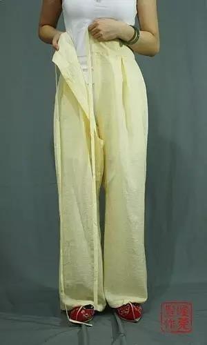 穿开裆裤,先穿上裤腿,裤子从后向身前围和