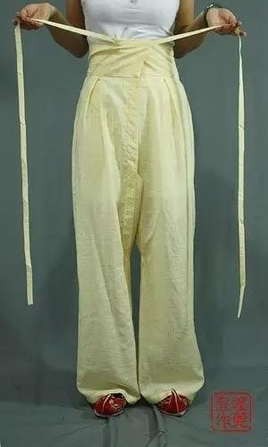 裤腰两端系带相交叠在一起