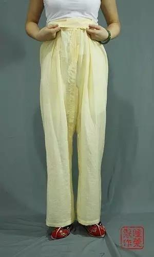 将裤腰翻转,遮住系带和结