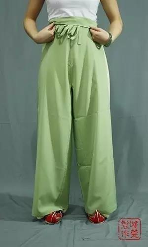 同样的,将裤子提到离地三公分左右,翻折裤腰遮住系带和结