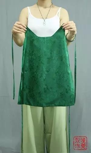 接下来是穿一片式抹胸的穿法