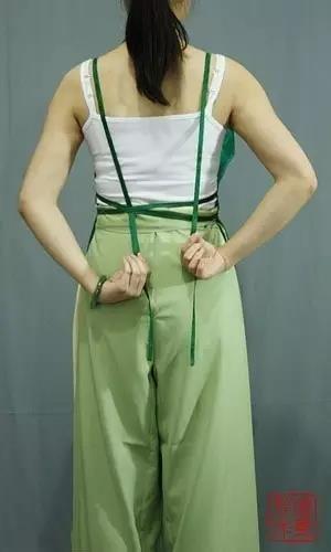 然后将另一根肩带穿入横向的系带里