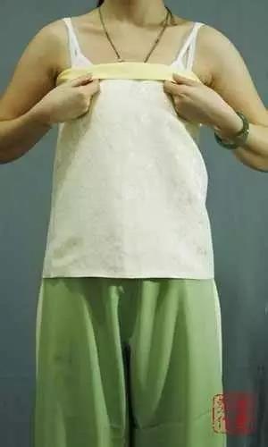 同样的翻折抹胸上端遮住系带和结