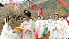 """昆明600年古树梨园首次开放 汉服美女 """"祭花神"""""""