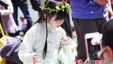 太好玩:湖南家长携幼子穿汉服还原古代清明节
