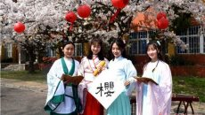青岛高校上演文化盛宴 汉服美女樱花树下展才艺