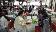 大学食堂百余人身着汉服同时用餐