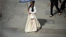 西安一大三女生穿汉服逛街 引来了无数羡慕的目光