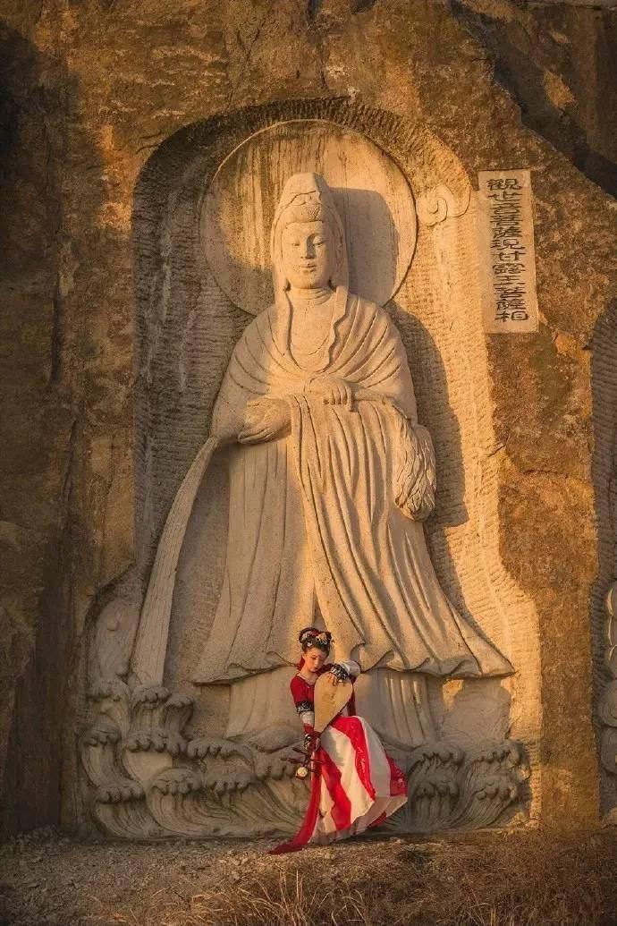 从佛教的角度来看,飞天是接受佛法和护持佛法的善神,他们出现在佛说法的各种法会之中,为庄严道场起到了重要的作用。