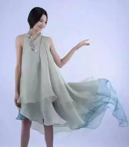 有设计师专门打造出了一批融合了现代服装理念和汉服元素的服装图片
