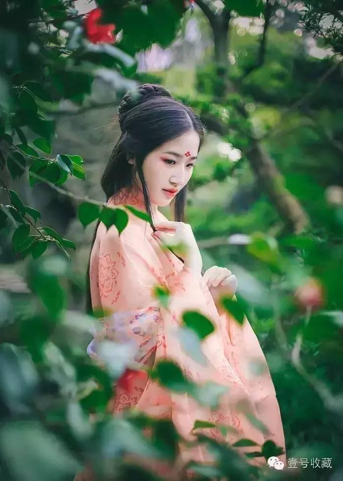 野有蔓草,零露漙兮。有美一人,清扬婉兮。