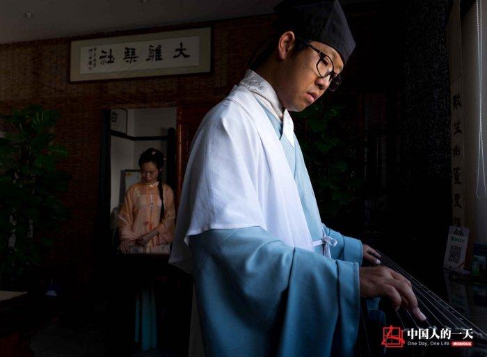 在江苏南通,29岁的陈隐龙具有很高的知名度,他是一家汉服社的创办者,各种汉服礼仪活动上几乎都能看到他们的身影。