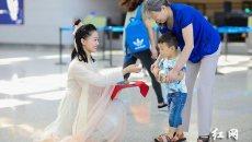 """长沙黄花机场为游客准备节日""""大餐"""":员工身着汉服送粽子"""