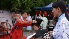 包粽子做香囊举办汉服成人礼 重庆大学端午节活动好热闹