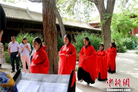 身着汉服的国学爱好者正在按照仪式流程进入祭祀大厅。