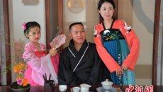 四川乐山民众穿汉服包粽子过端午